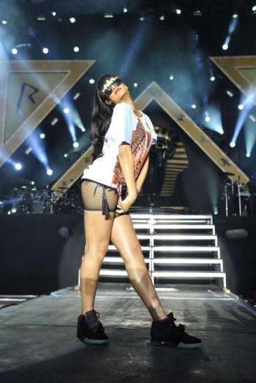 Rihanna even rocks her Nike Yeezy 2s on stage! Photo Credit: www.shewz.com
